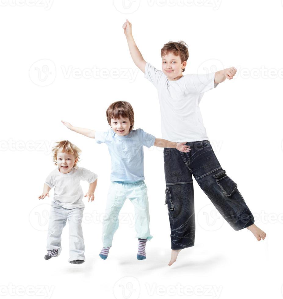 tres niños saltan sobre blanco foto