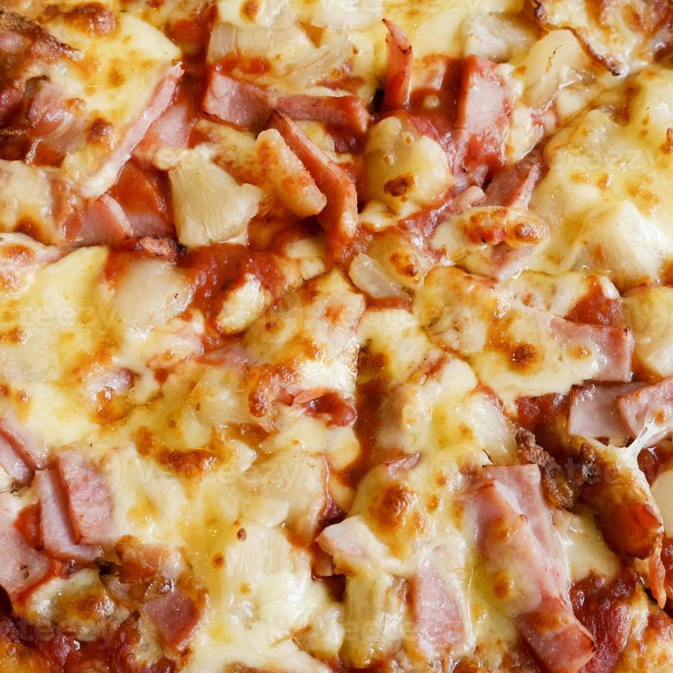 deliciosa pizza de estilo rústico hawaiano hecha con piñas frescas foto