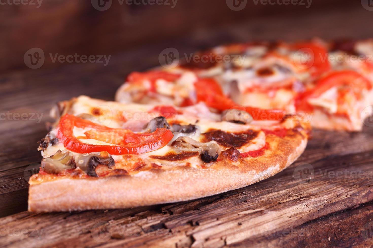 pizza en una mesa de madera foto