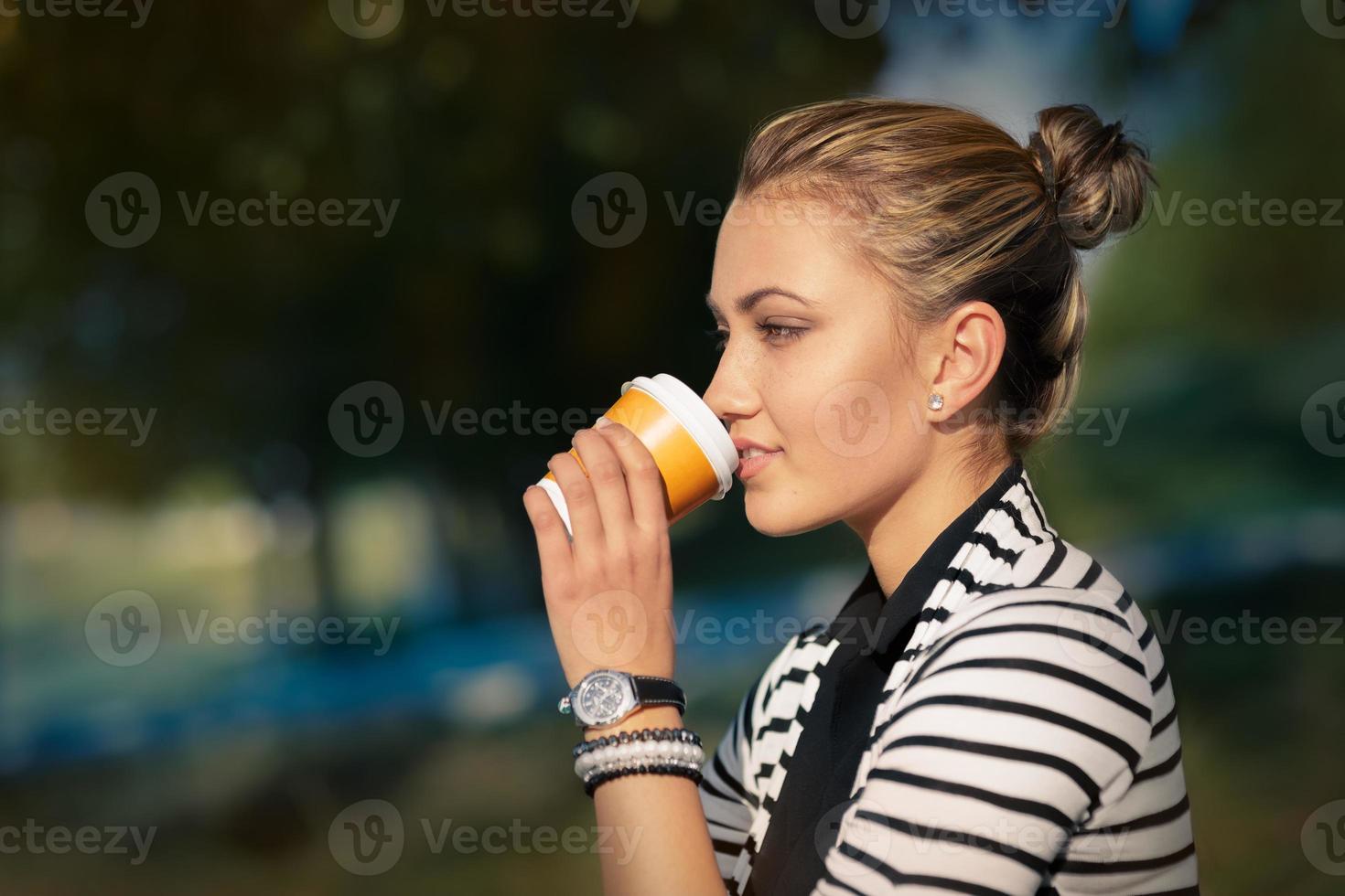 mujer bebiendo bebidas calientes disfrutando de la naturaleza foto