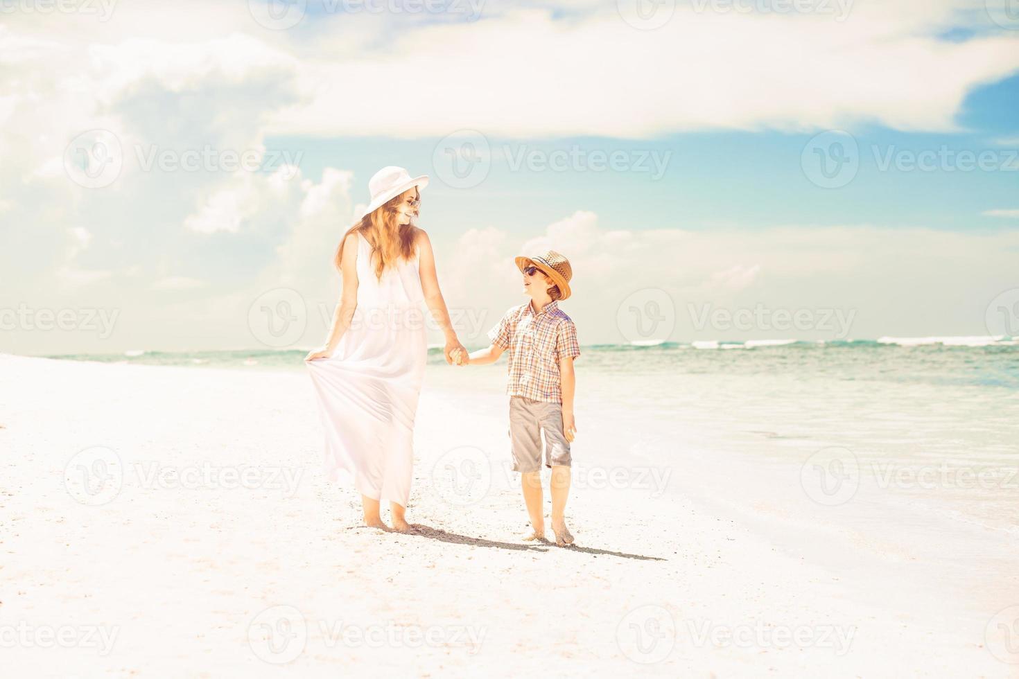 feliz hermosa madre e hijo disfrutando de la playa foto