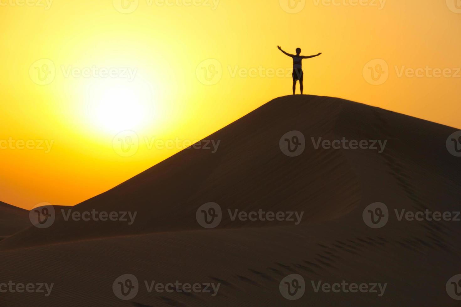 genieten van het leven op een zandduin foto