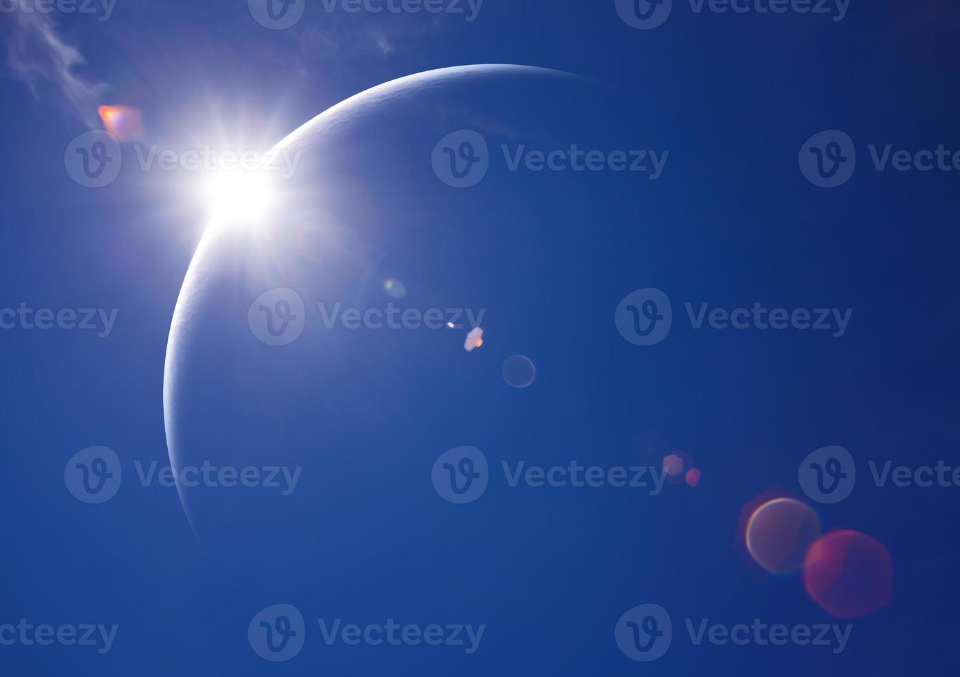 eclipse parcial de sol en el día foto