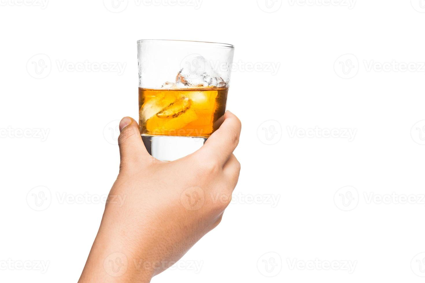 Hand, der Scotch Brandy auf dem Felsen mit weißem Hintergrund röstet foto