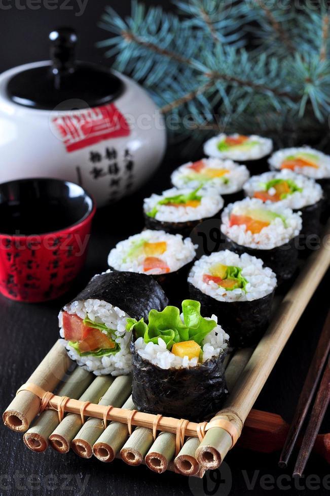 sushi vegetariano fatto in casa con avocado, pomodoro, peperoni e lattuga. foto