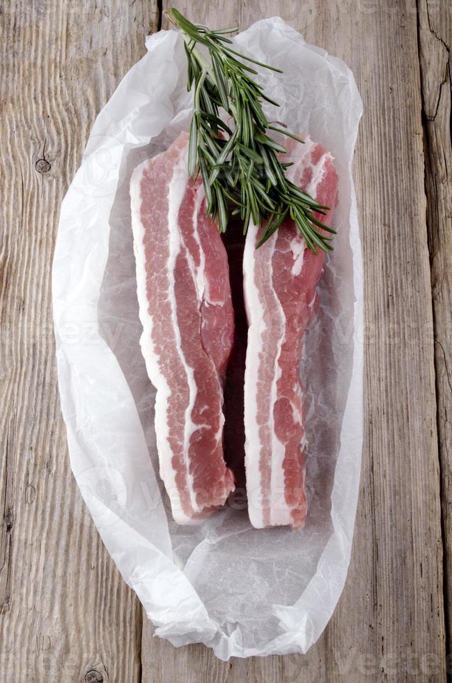 pancetta di maiale cruda al rosmarino foto