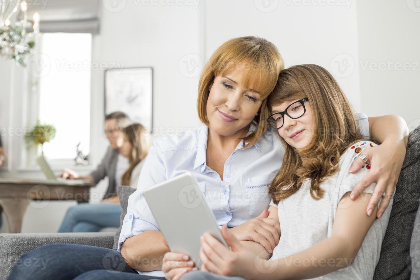 amorosa madre e hija con tablet pc foto