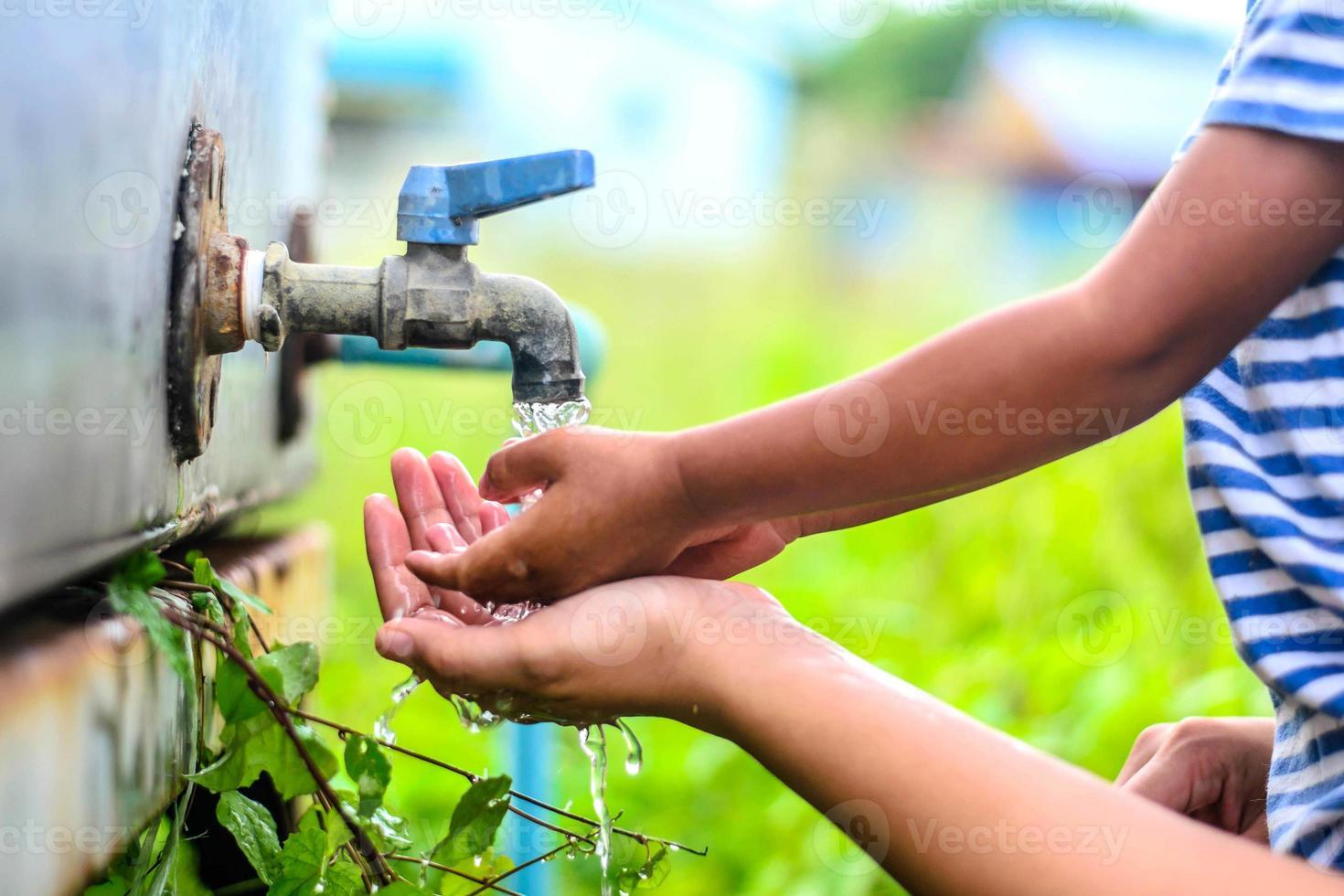 kind handen wassen met moeder, selectieve focuspunt. foto