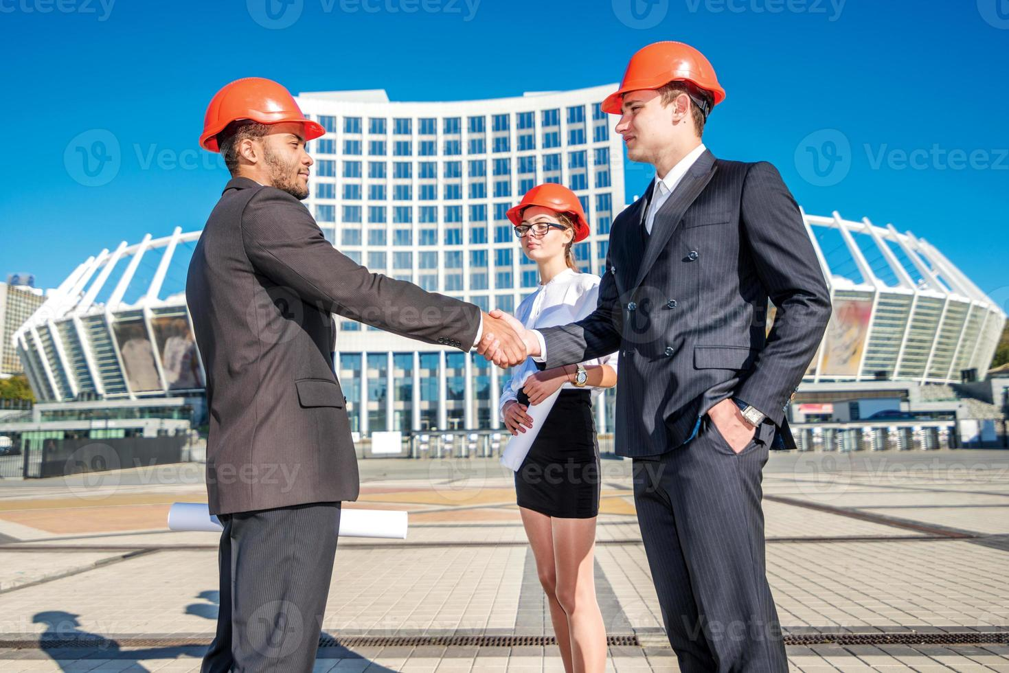 transactions de nouvelles constructions. trois architectes d'affaires confiants photo