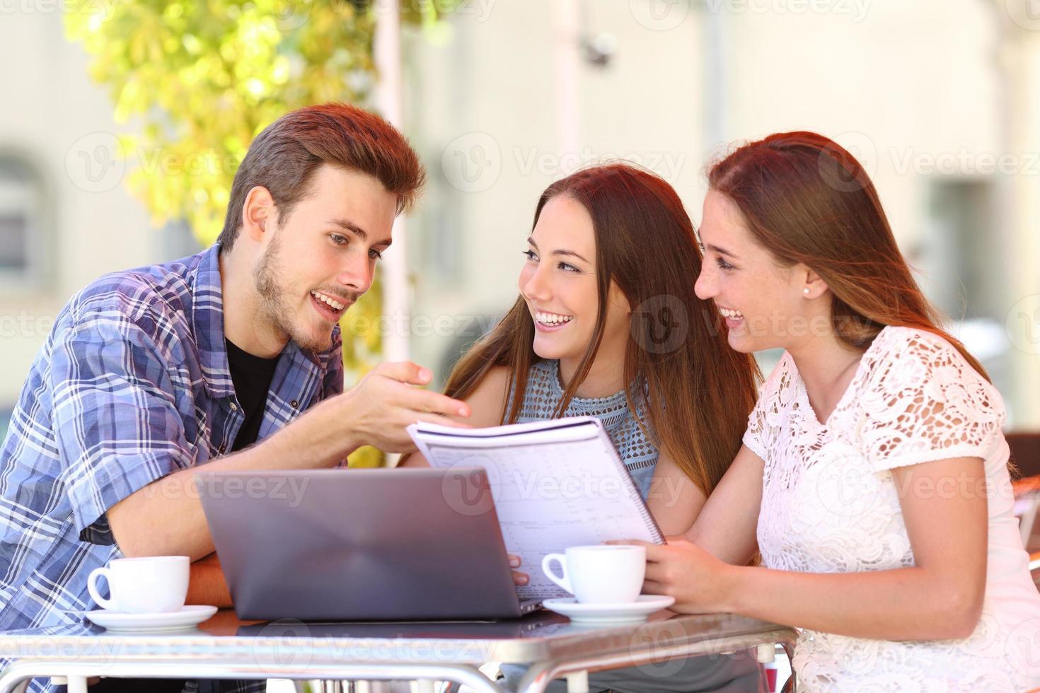 Tres estudiantes que estudian y aprenden en una cafetería. foto