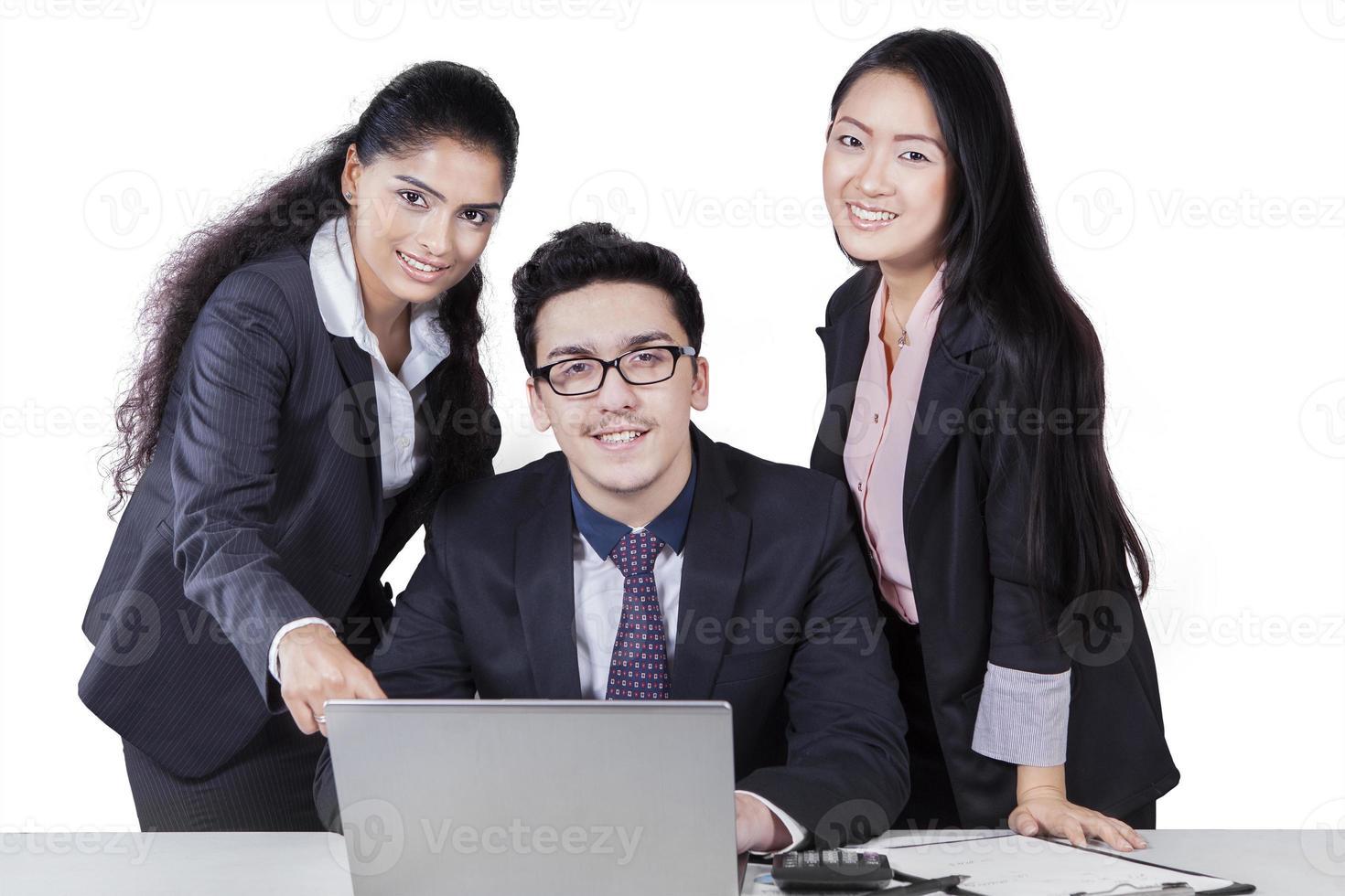 três trabalhadores corporativos com laptop isolado foto
