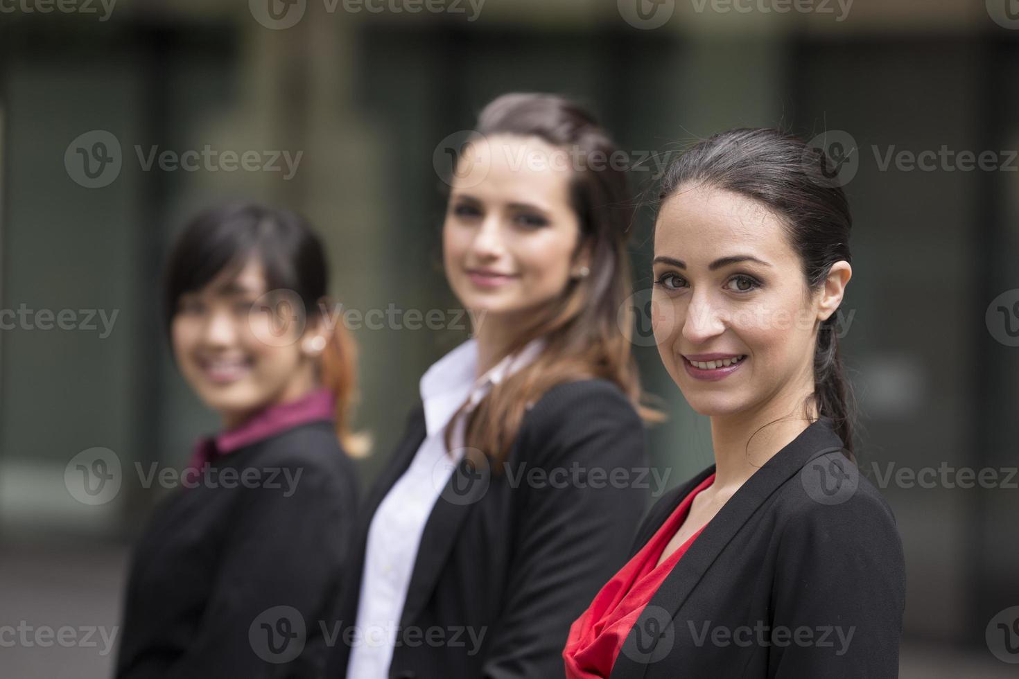 Retrato de tres mujeres de negocios. foto