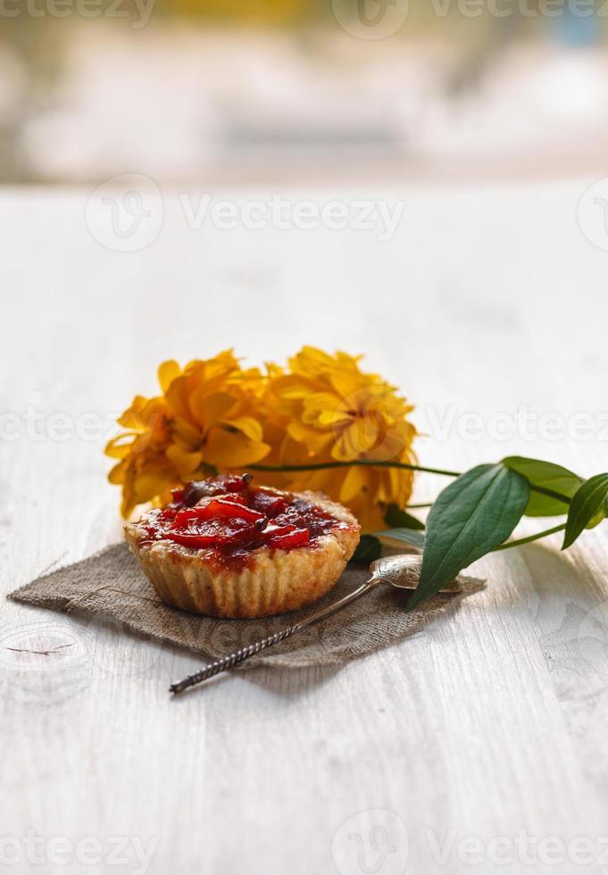 tartas con manzanas en una tabla de cortar foto