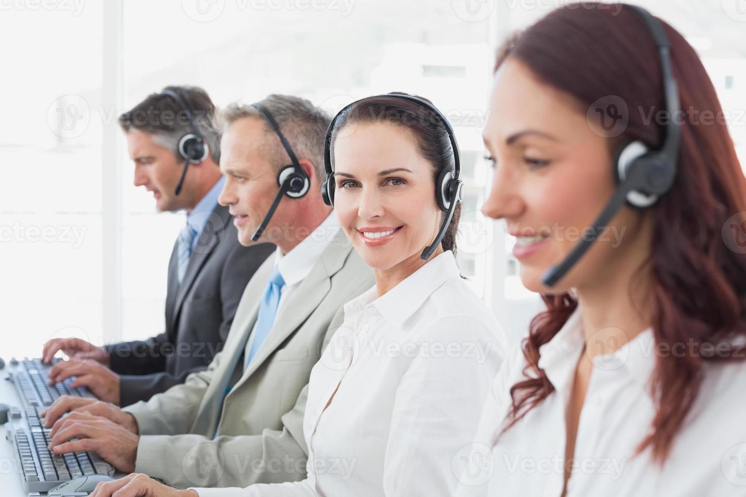 trabajadores del centro de llamadas todos sonriendo foto