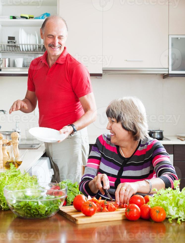 feliz hombre mayor y mujer madura haciendo tareas foto