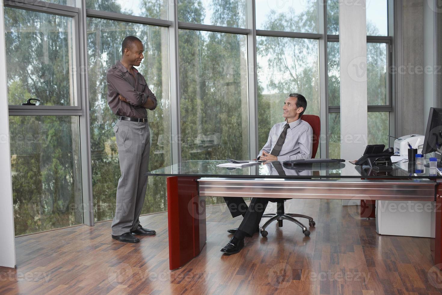 empresarios multiétnicos hablando en la oficina foto