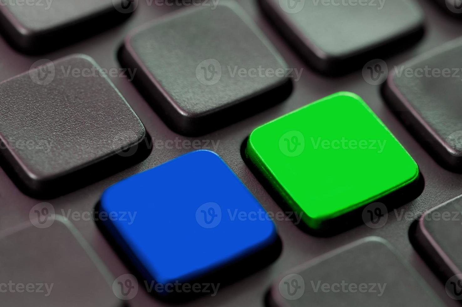 teclas en blanco azules y verdes en un teclado de computadora foto