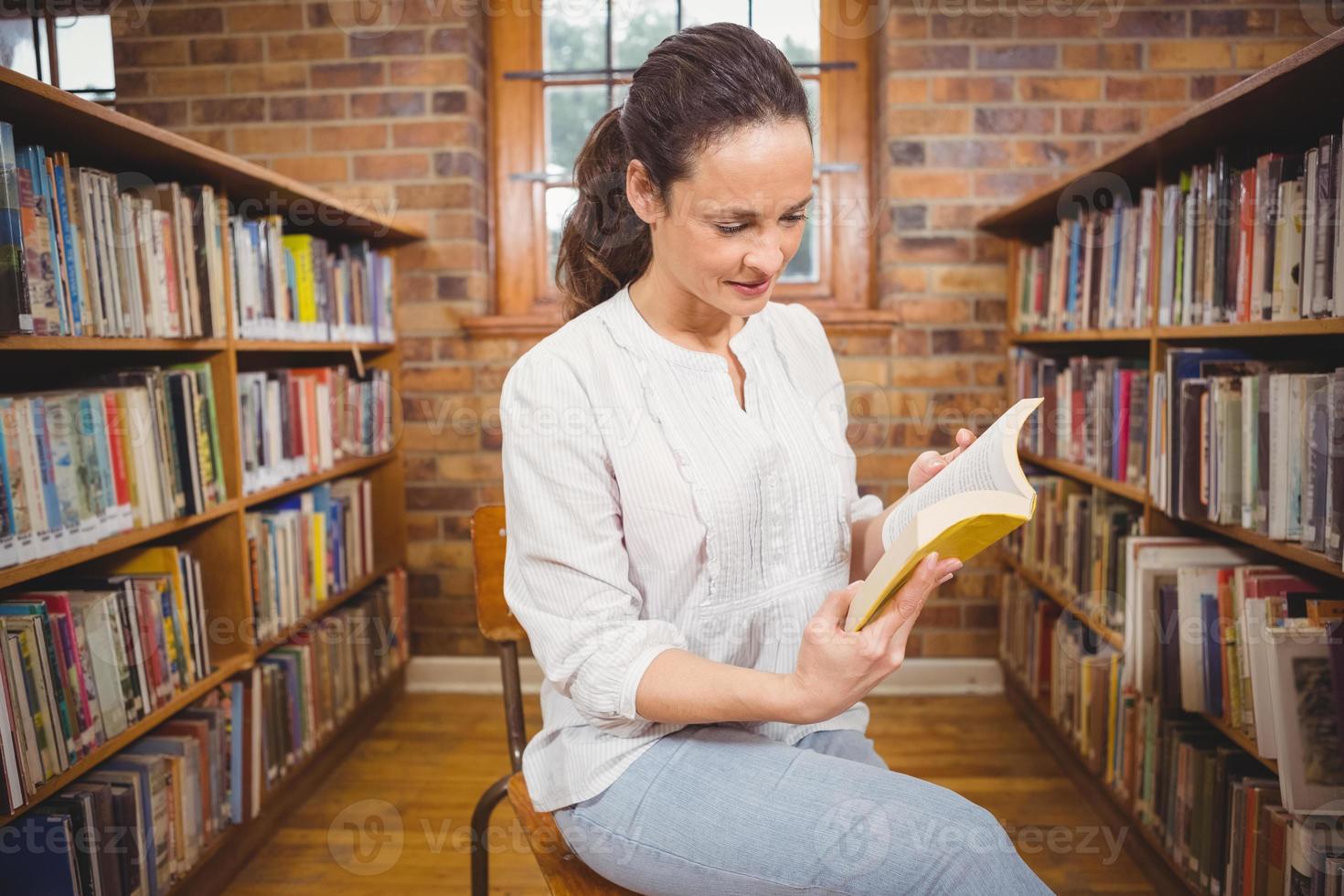 profesor sonriente leyendo un libro foto
