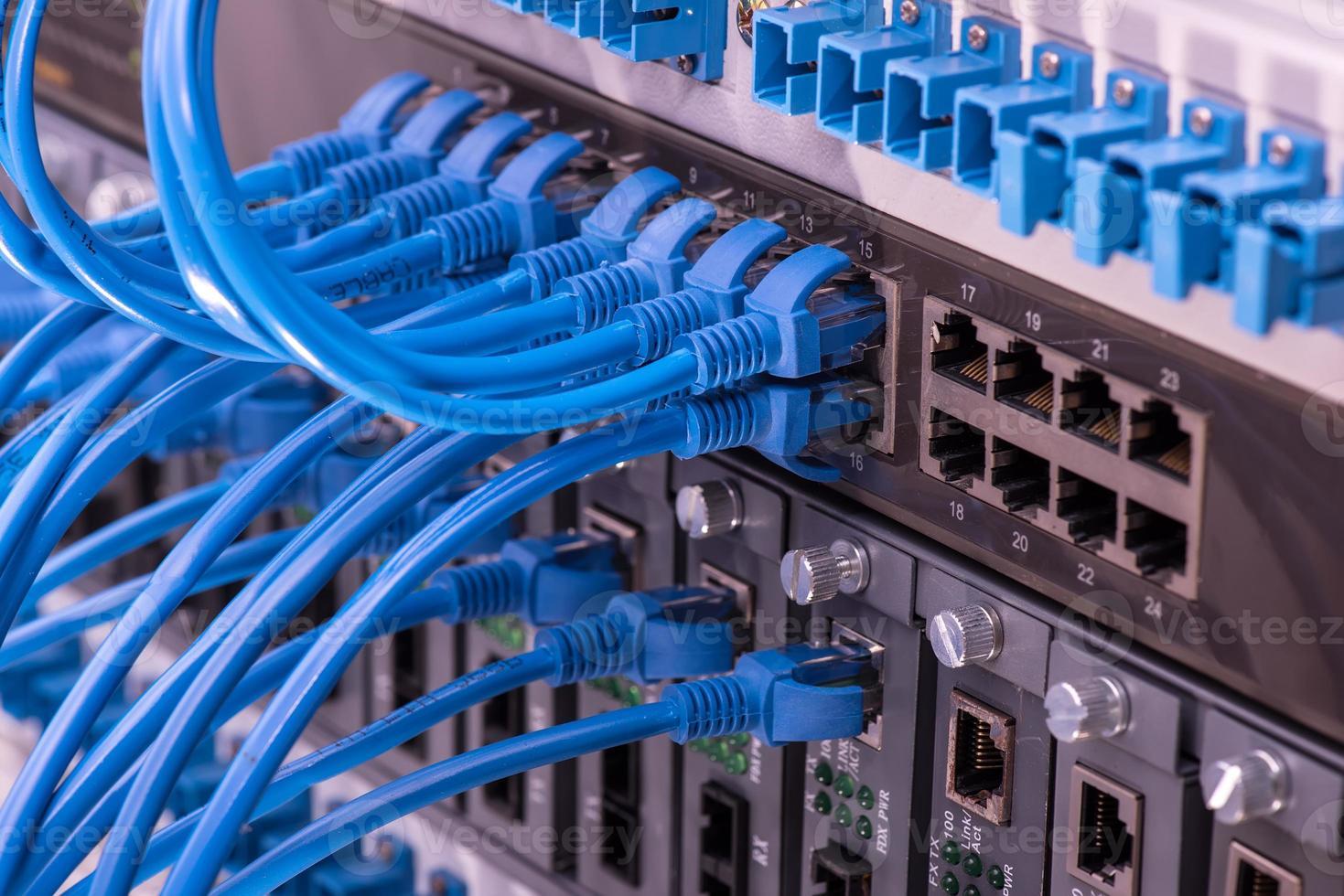 cable de red con fondo de color de alta tecnología foto