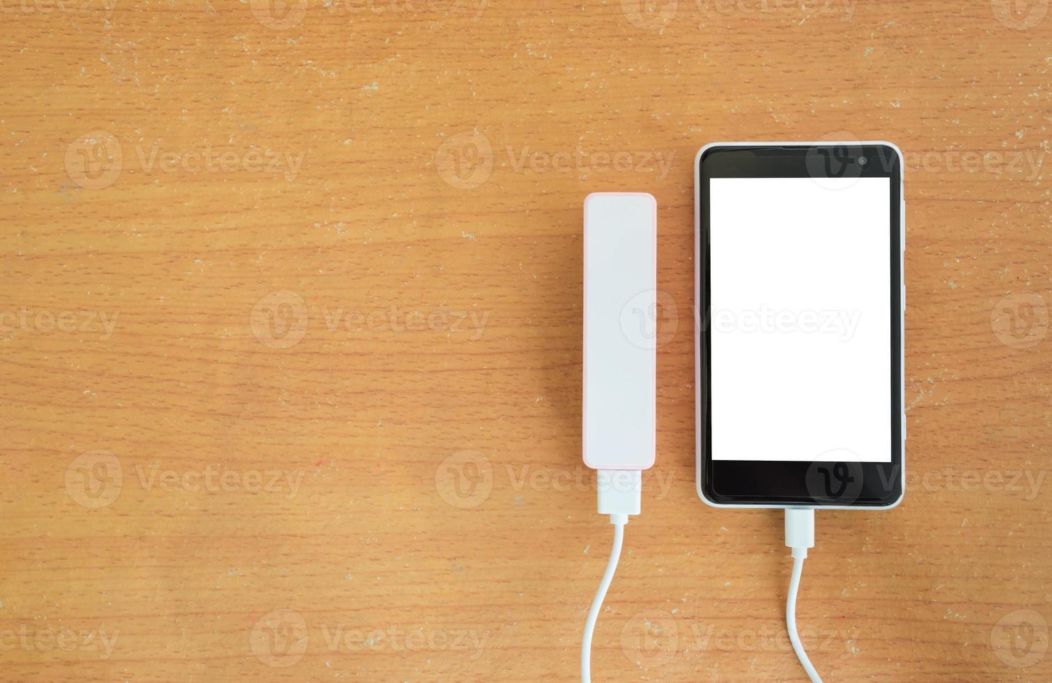 teléfono inteligente negro con un banco de energía y espacio de copia foto