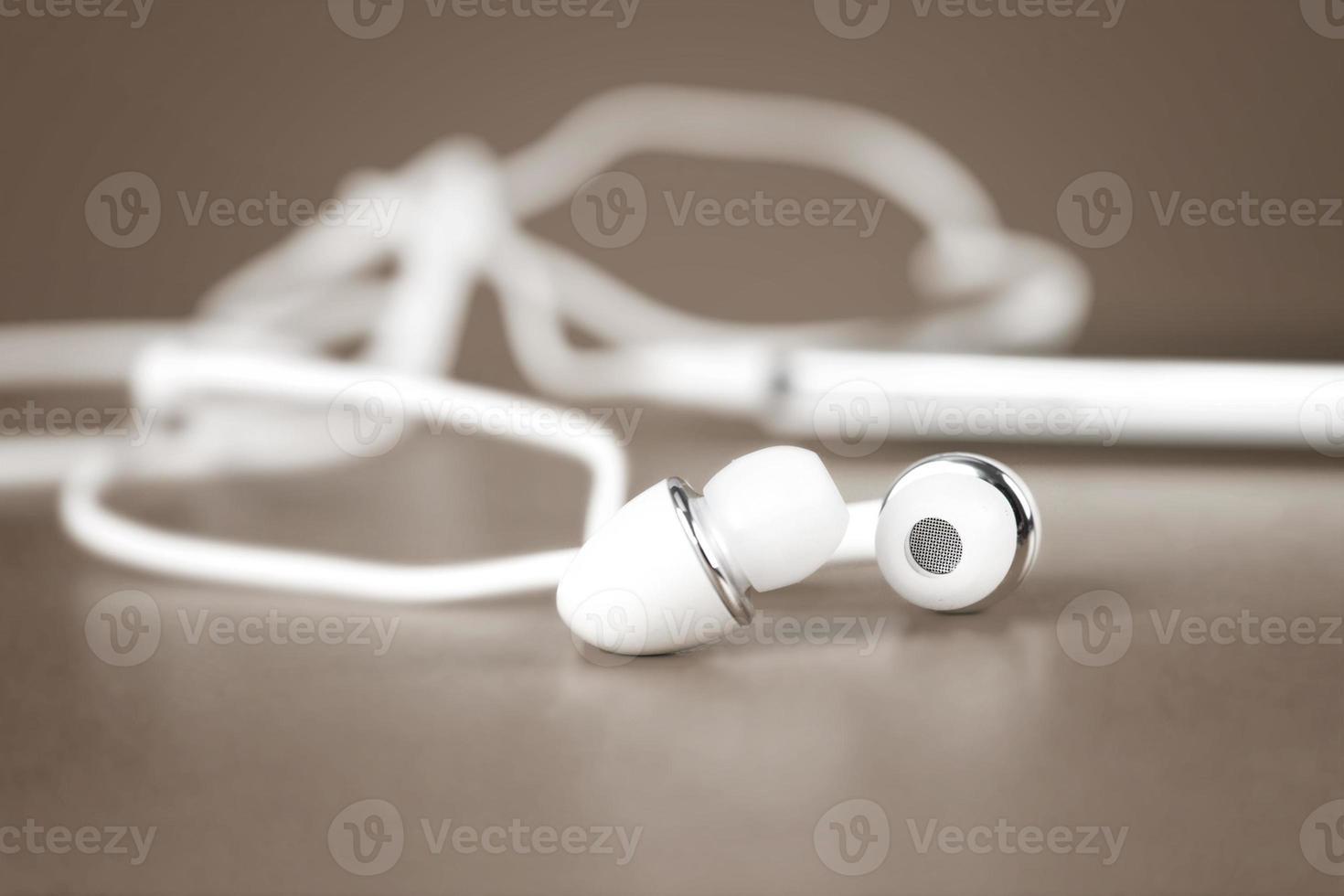 enfoque selectivo de auriculares blancos para usar con música digital foto