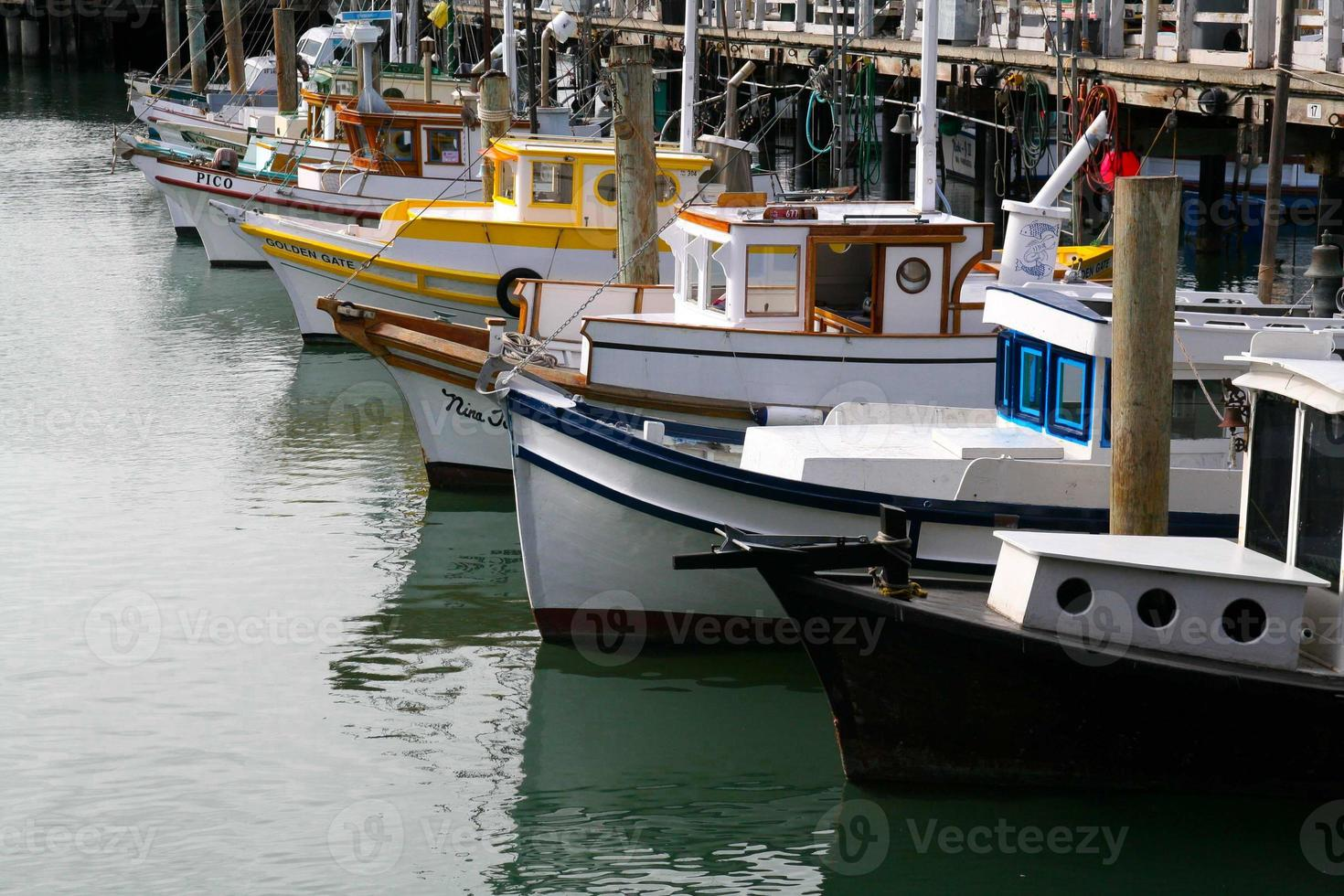 Barcos en el muelle de los pescadores en San Francisco, California foto
