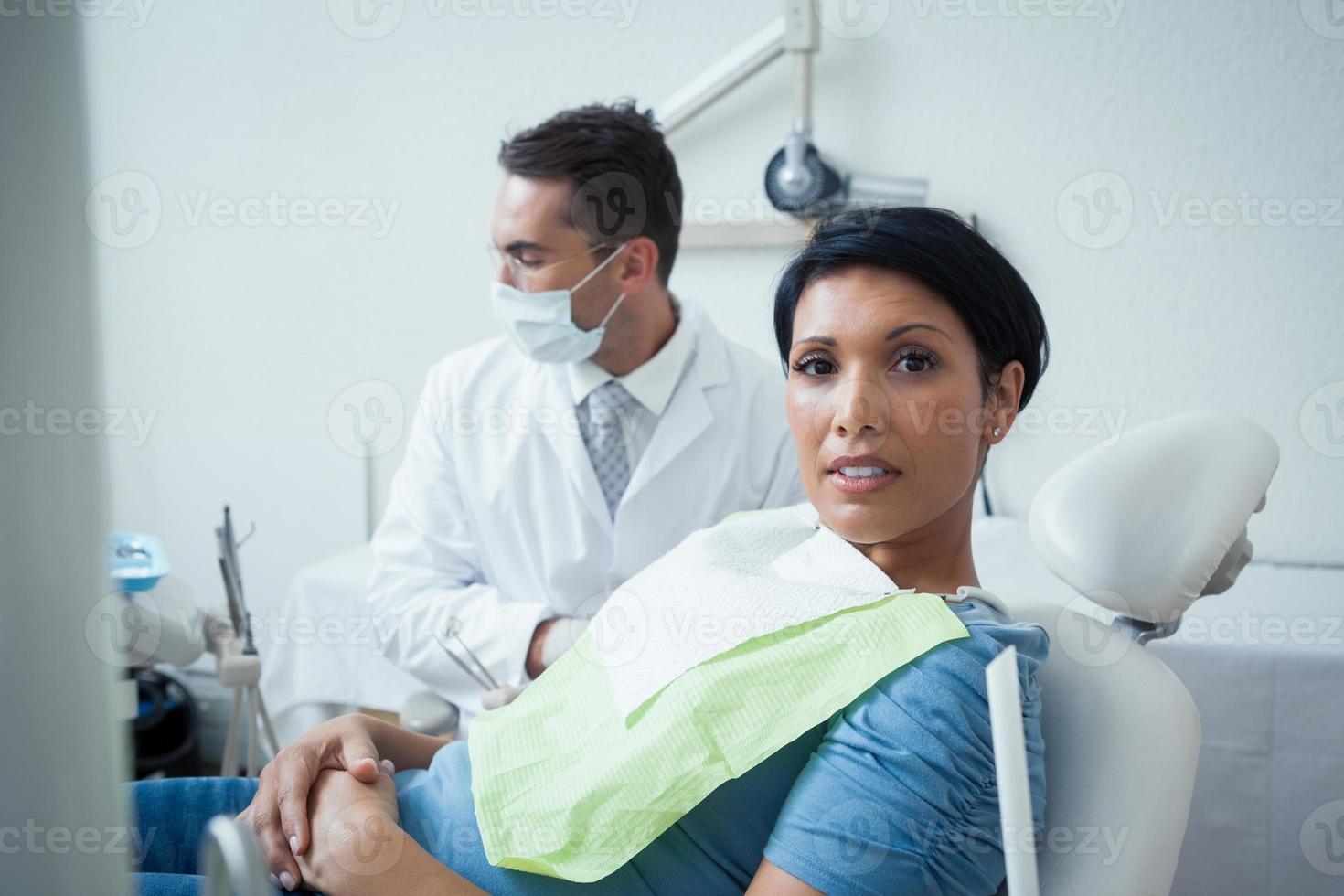 mujer seria esperando examen dental foto