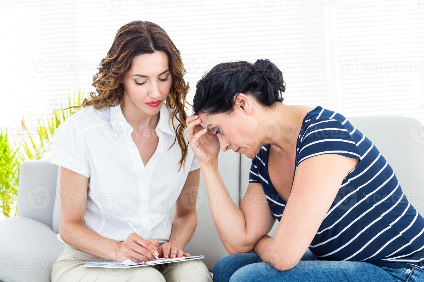 mujer deprimida hablando con su terapeuta foto