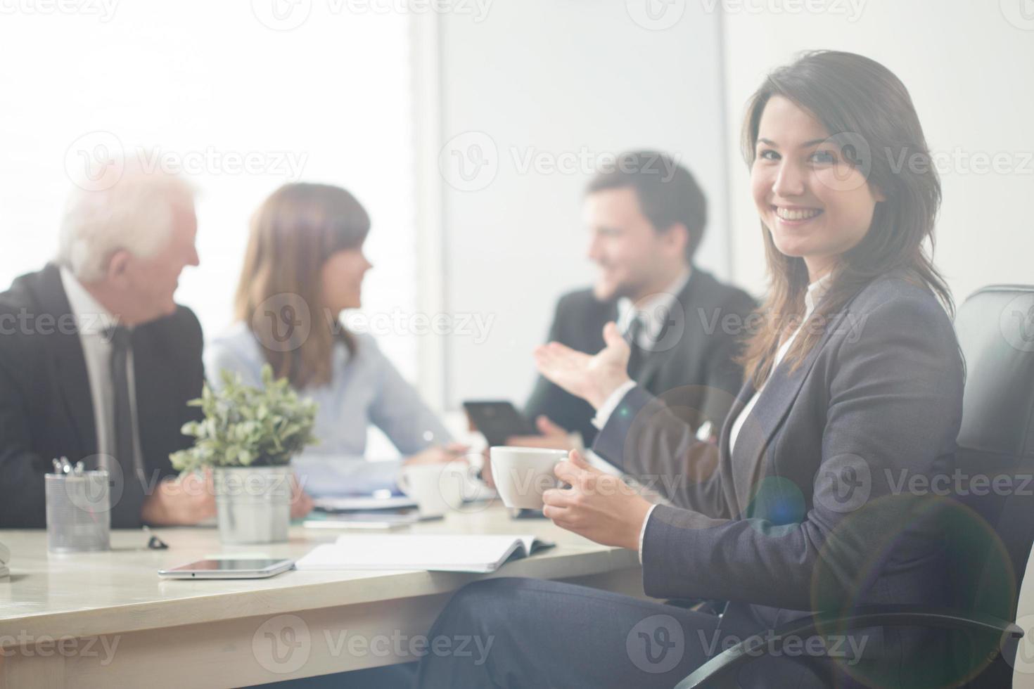 empresaria señalando a sus compañeros de trabajo foto