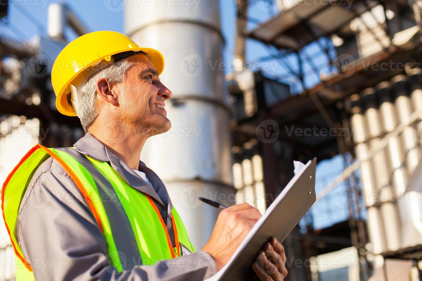 trabajador de la fábrica de petróleo de mediana edad foto
