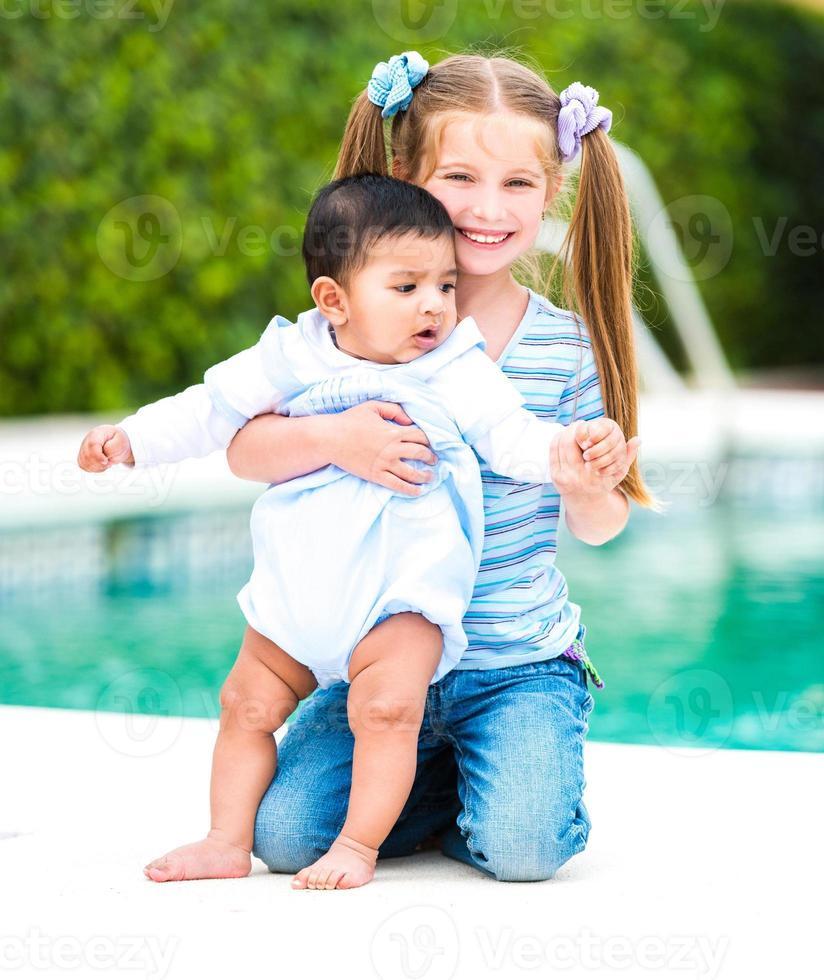 niña y un niño foto