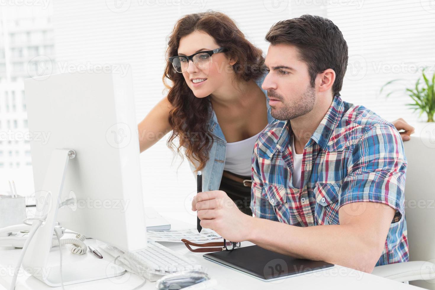 empresarios que usan computadora y digitalizador foto