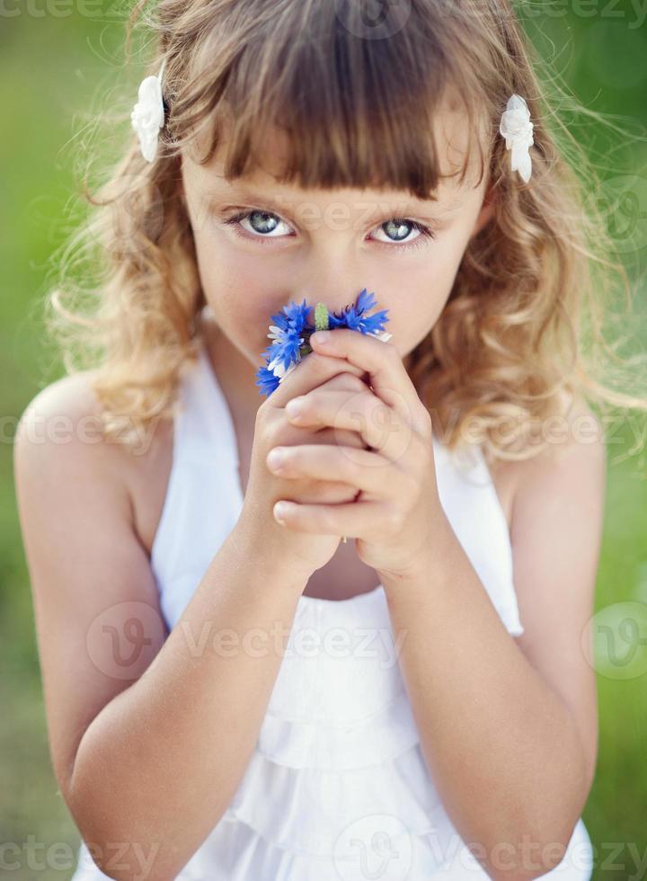 niña con flores foto