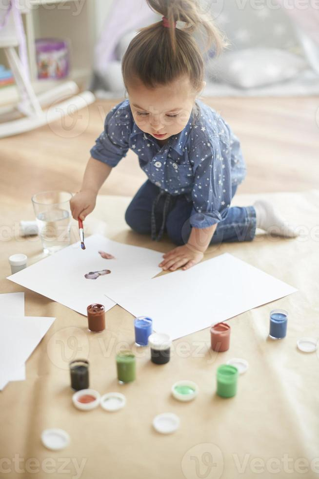 pequeña pintora y su arte foto