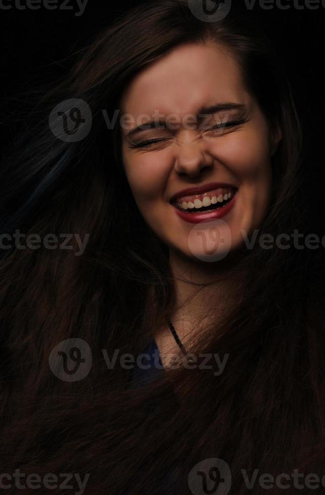 Retrato de la hermosa joven con el pelo largo y oscuro foto