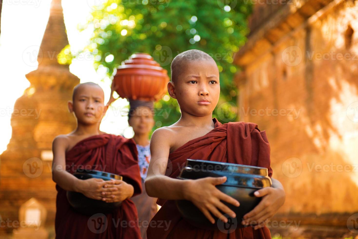 monjes budistas myanmar foto