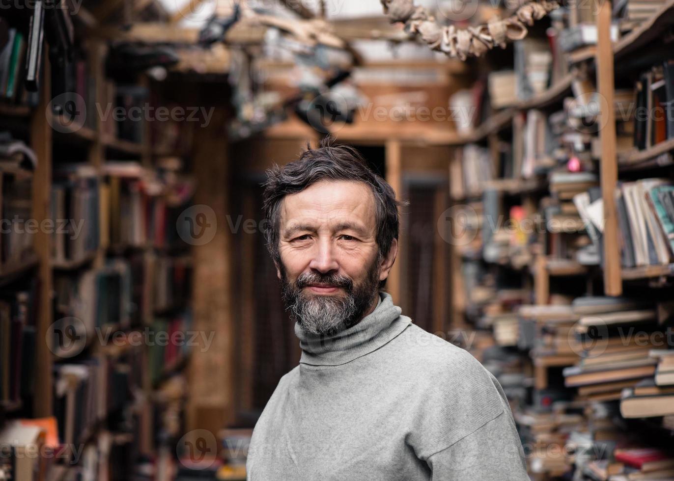 Retrato de anciano auténtico con barba y buenos ojos foto