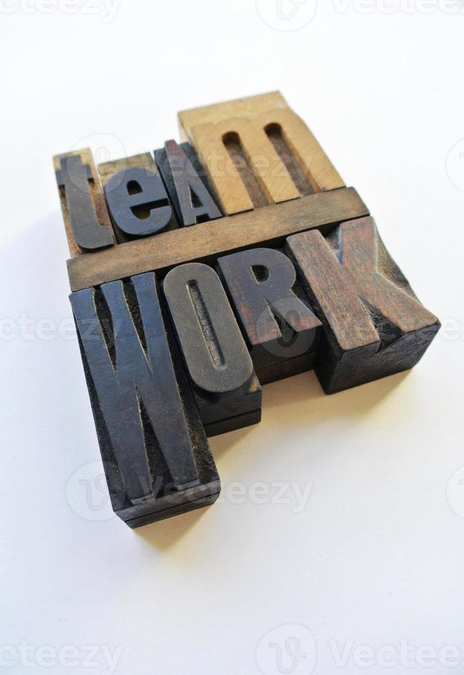 letras de madera que muestran el trabajo en equipo foto