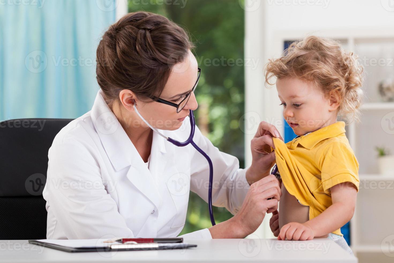 auscultación de un paciente foto