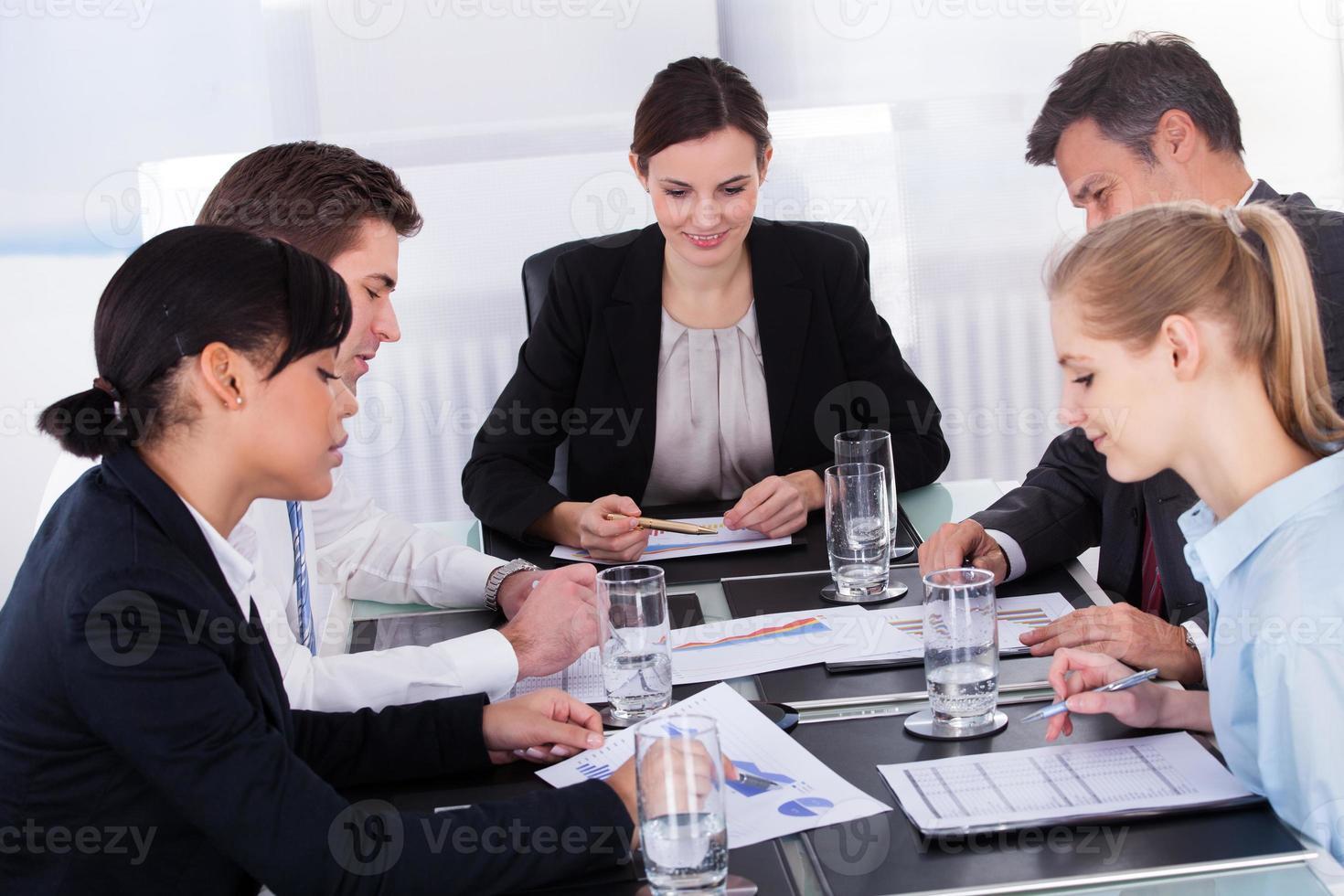 empresarios sentados en la mesa de conferencias foto