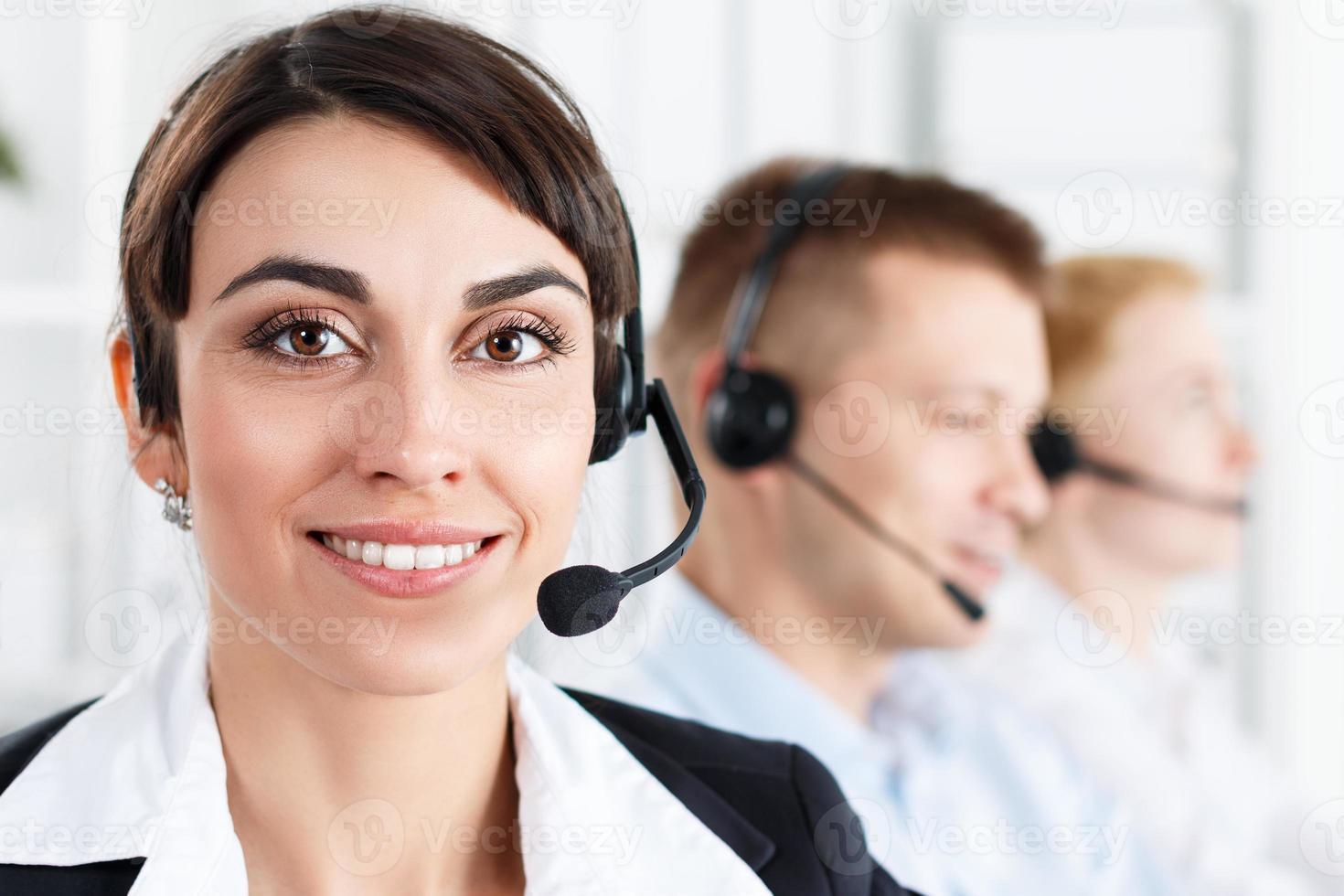 tres operadores de servicio de call center en el trabajo foto