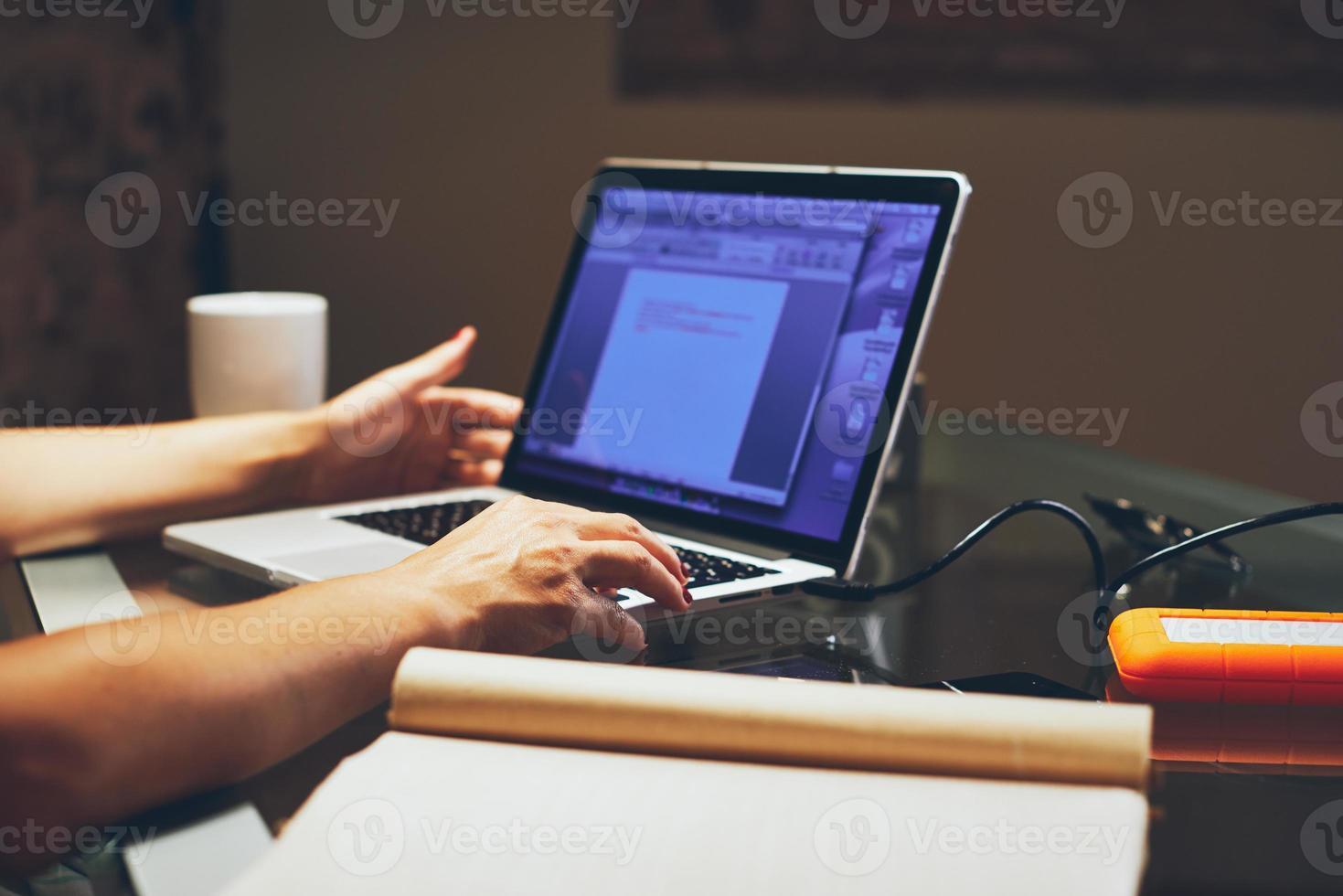 mujer que trabaja con su computadora portátil foto