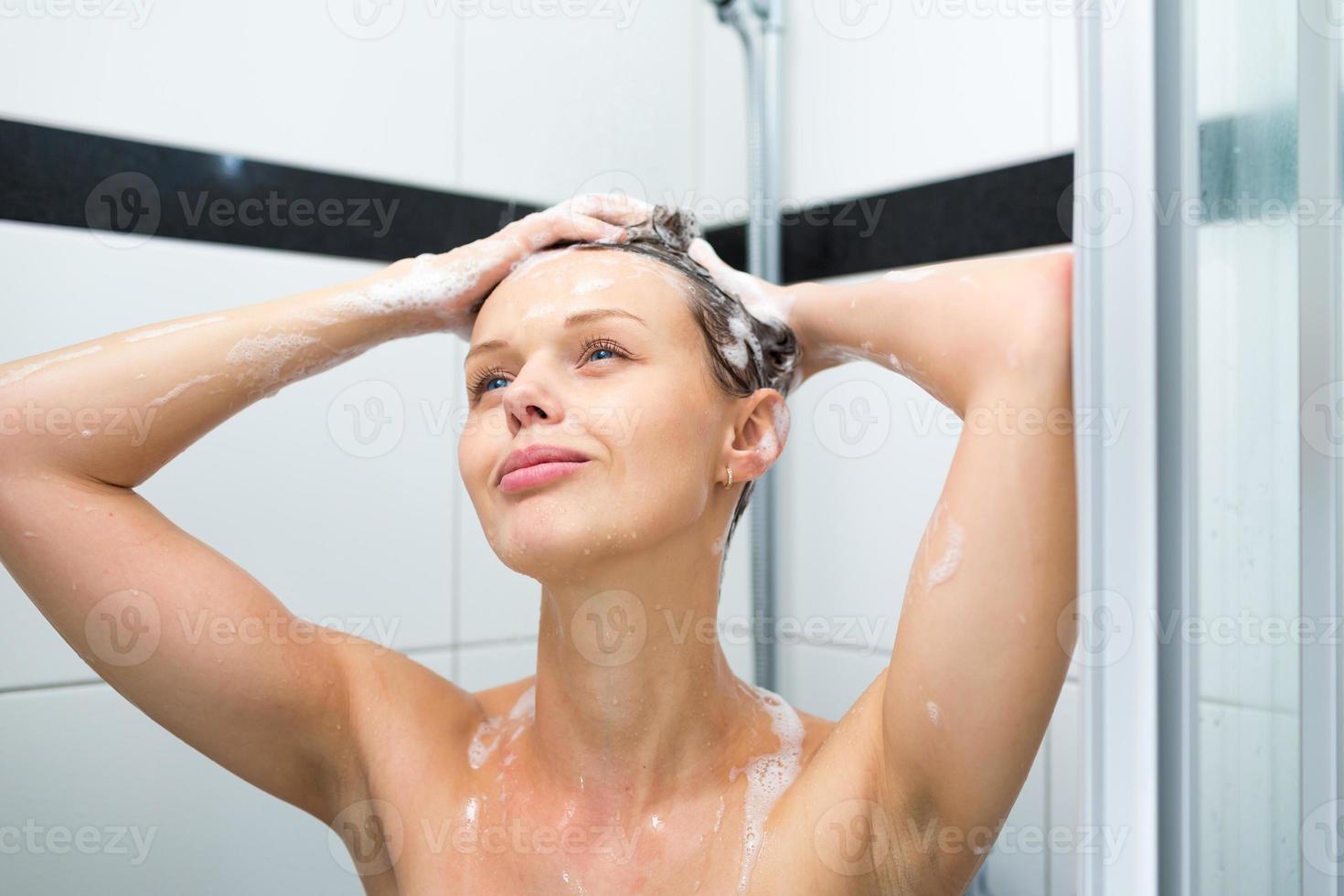 mujer joven tomando una ducha foto
