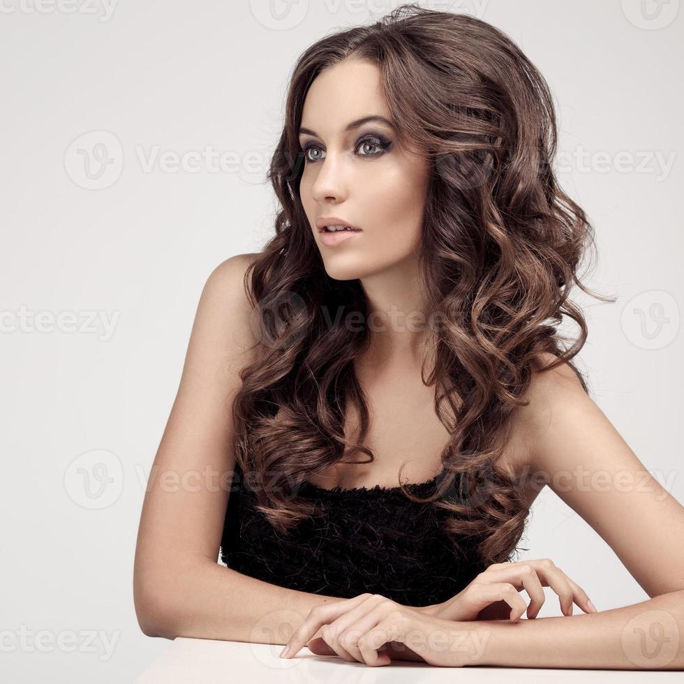 hermosa mujer morena pelo largo y rizado foto
