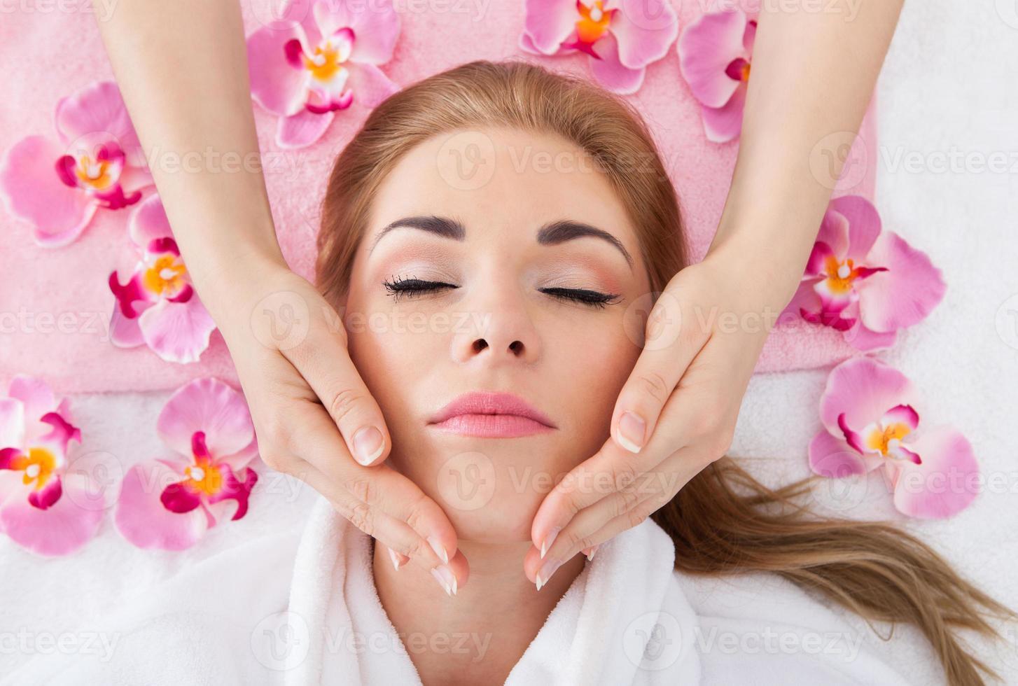 mujer joven recibiendo masaje foto