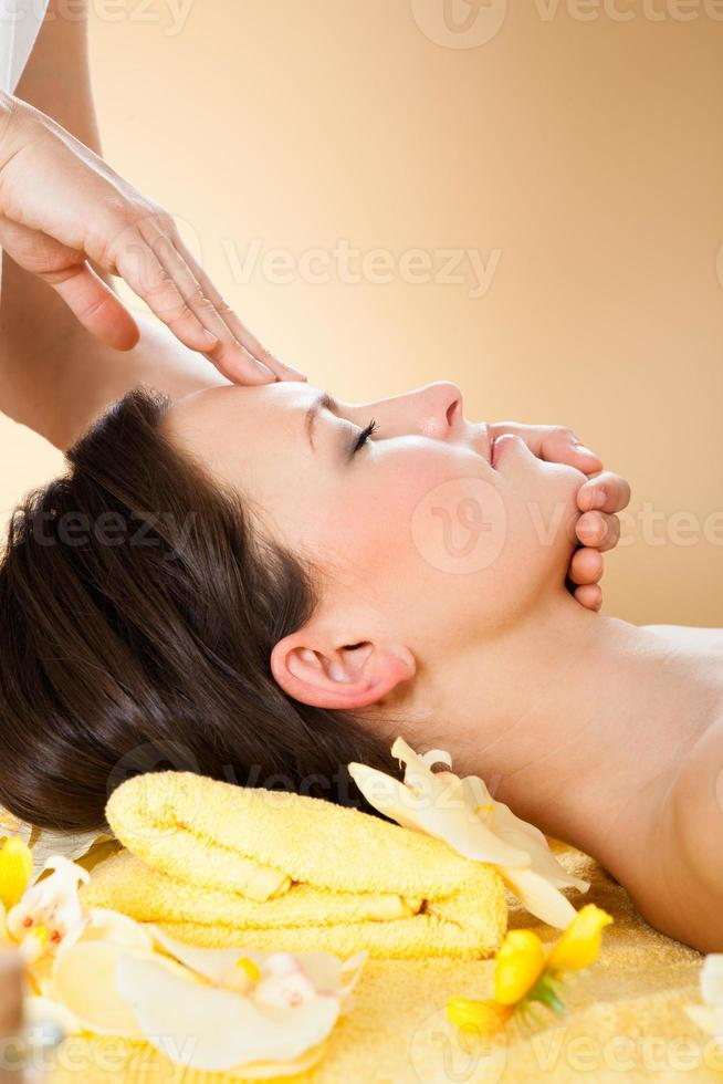 mujer que recibe el masaje de la cabeza en el spa foto