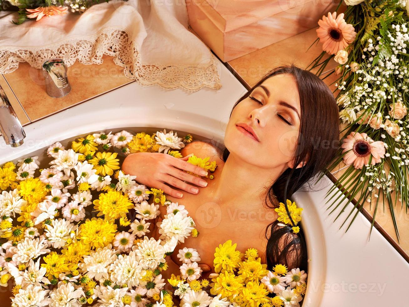 mujer en spa de lujo foto