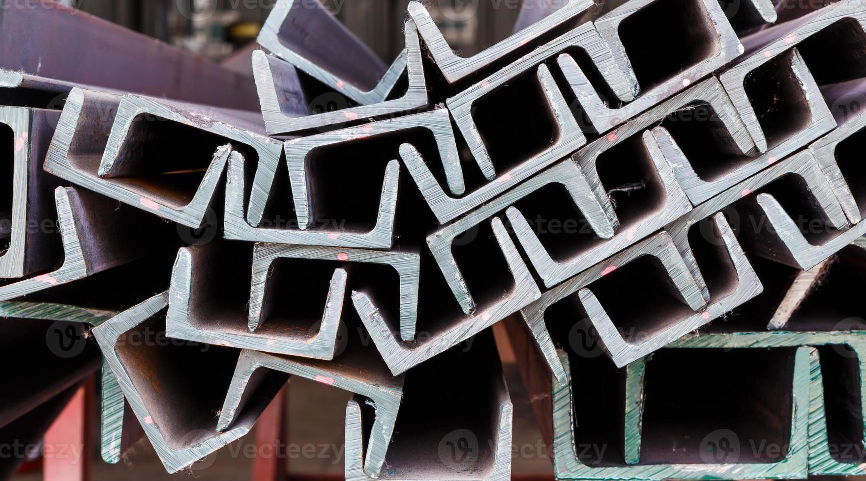 Cerrar un montón de acero de viga en forma de u foto