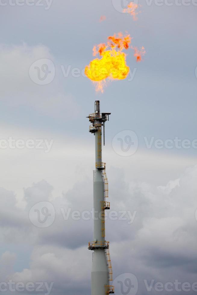 pila de antorchas en la refinería de petróleo y gas foto