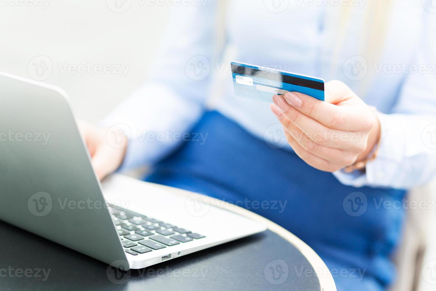 mujer con laptop y tarjeta de crédito foto